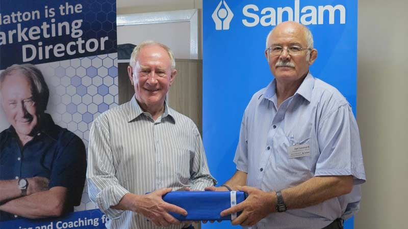 Jan Leonard From Wesco Bluestar, A Sanlam broker presents speaker Ed Hatton with a thank you gift